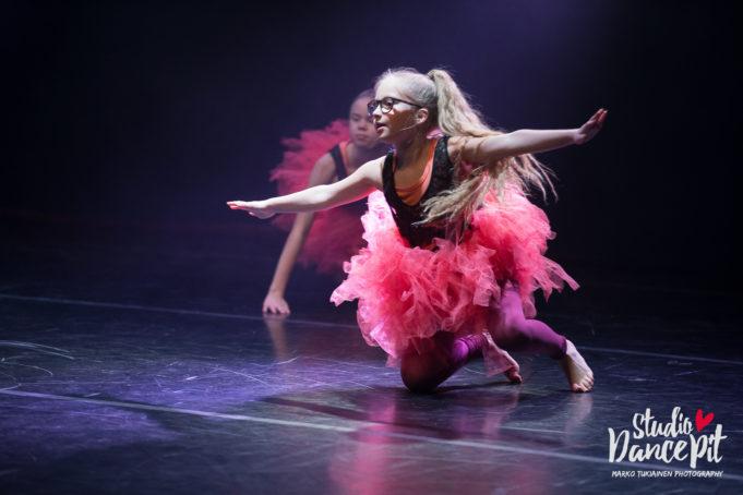 Linnea tanssii Studio DancePit esiintymisessä vaaleanpunainen hame päällä.