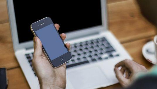 kännykkä ja tietokone