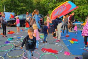 Taiteiden yön toimintapiste. Kuvassa lapsia ja hulavanteita Tykkimäen sirkuskoulun pisteellä.
