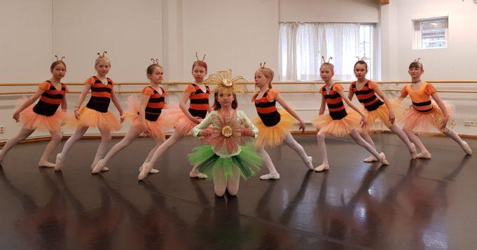 Kouvolan Balettikoulun nuoria oppilaita esiintymisasuissaan.