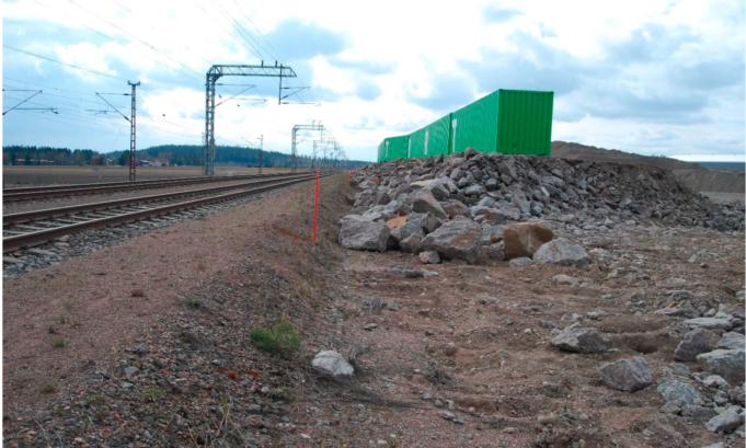 Vihreät kontit junaradan vieressä Kouvola RRT-työmaalla