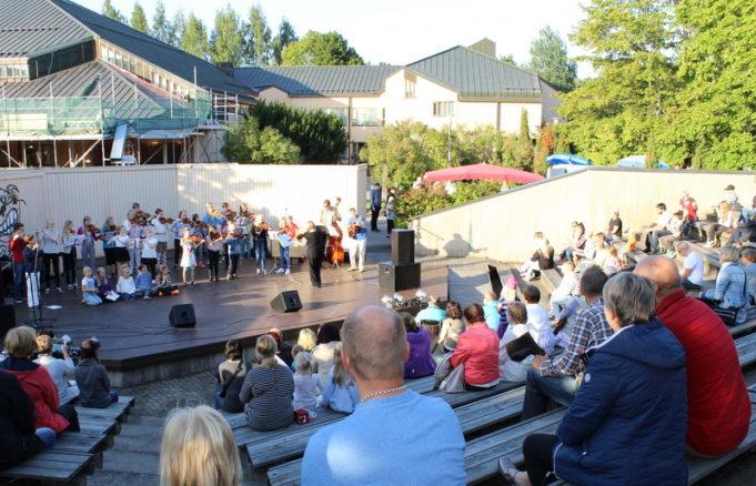 Suzuki-soittajat esiintymässä Kouvolatalon ulkonäyttämöllä