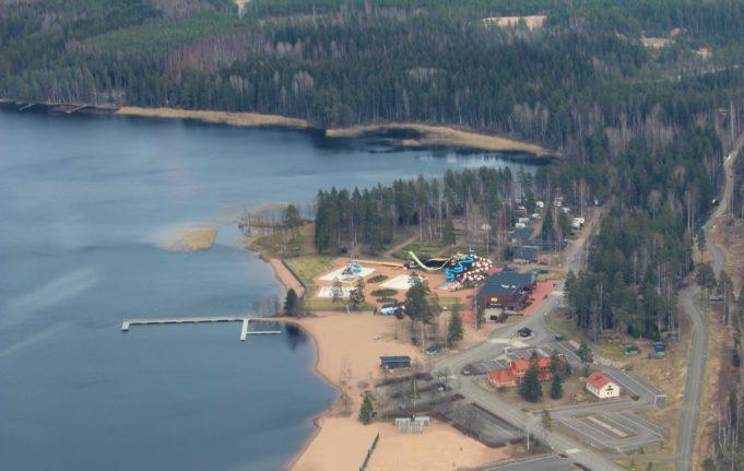 Ilmakuva: Käyrälammen uimaranta, vesipuiston liukumäet rakennuksia, järvi, taustalla metsää