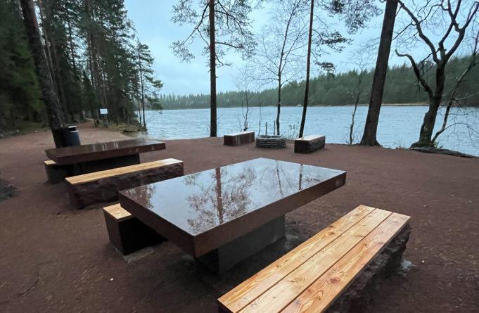 Kalalammen luontopolun varrella oleva taukopaikka. Kaksi pöytää ja useita penkkejä sekä grillauspaikka. Taustalla Kalalampi.