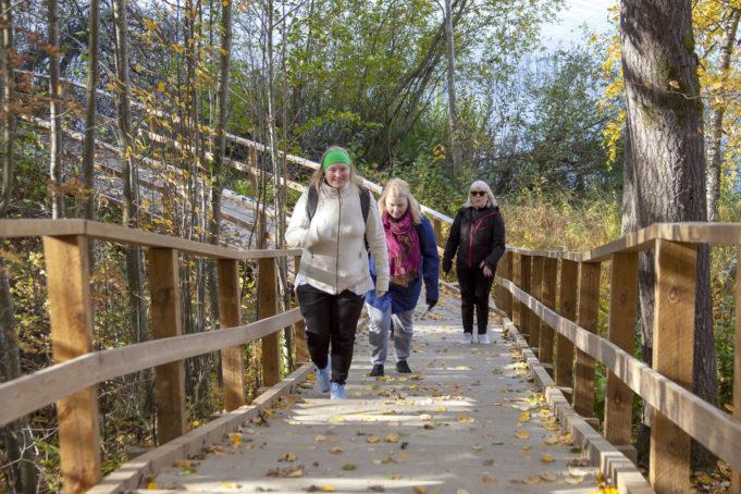 Ulkoilijoita kiipeämässä portaita ylös Kymijoen ulkoilureitillä Niskalan osuudella.